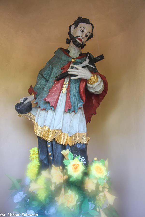 Tyczyn rokokowa rzeźba św. Jana Nepomucena w kapliczce przydrożnej, Tyczyn